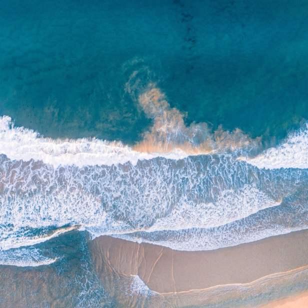 海灘的清澈水面
